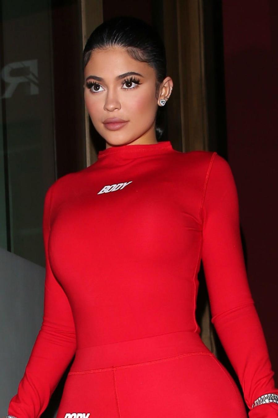 Kylie Jenner con jumpsuit rojo en el Día de San Valentín
