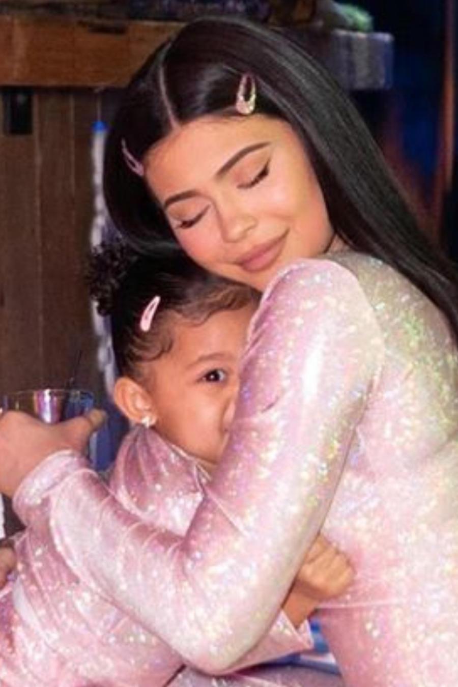 Kylie Jenner abrazando a su hija Stormi