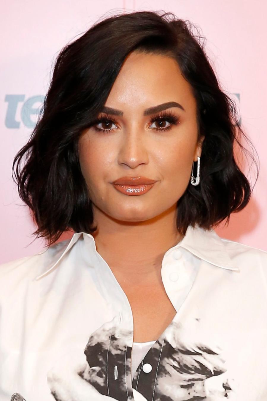 Demi Lovato usando un atuendo blanco