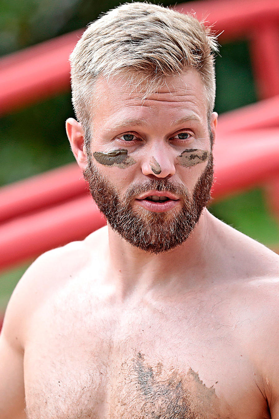 Nate con barro en la cara
