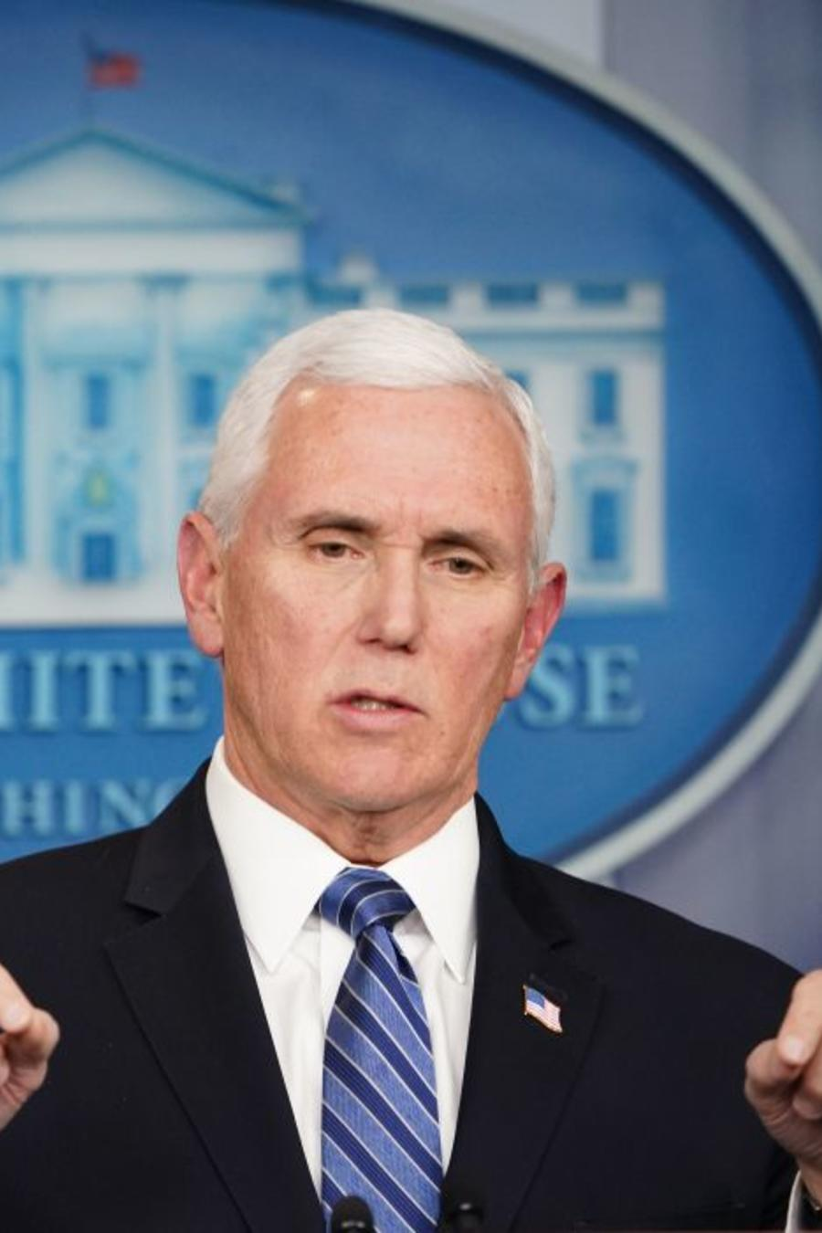 El vicepresidente Mike Pence en conferencia de prensa este lunes sobre la propagación del coronavirus en Estados Unidos.