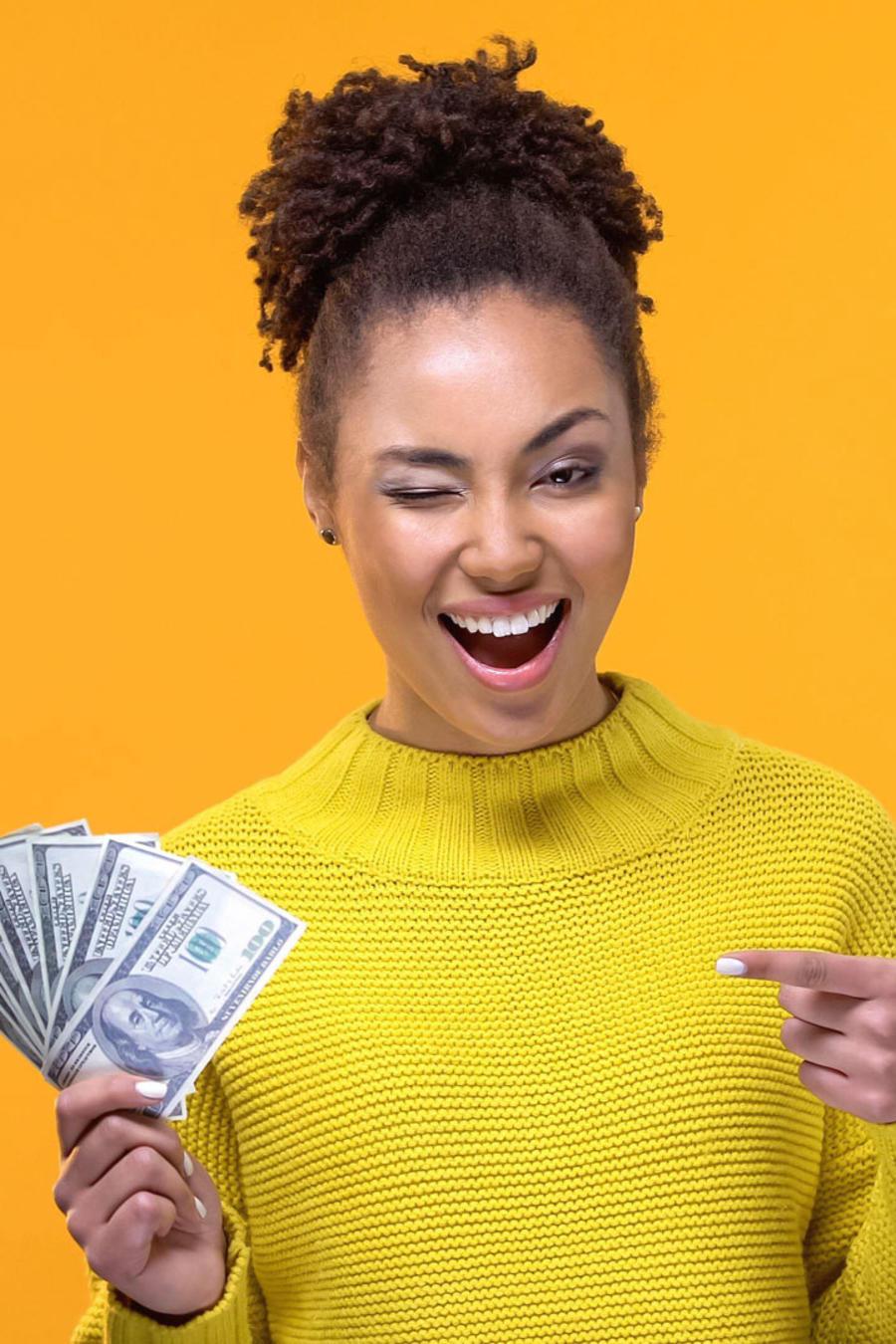 Mujer con muchos dólares