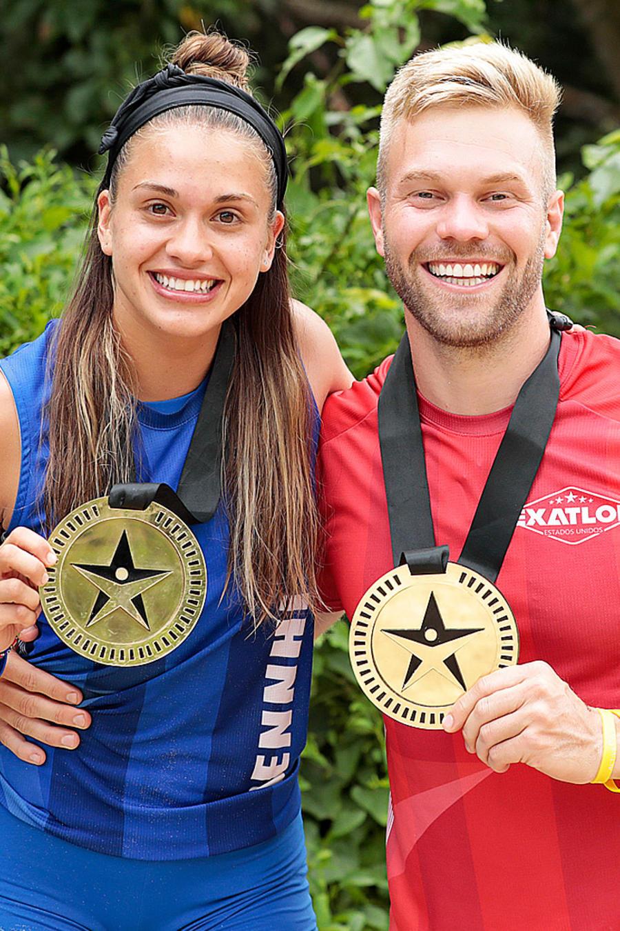 Dennhi y Nate presumen sus medallas de salvoconducto