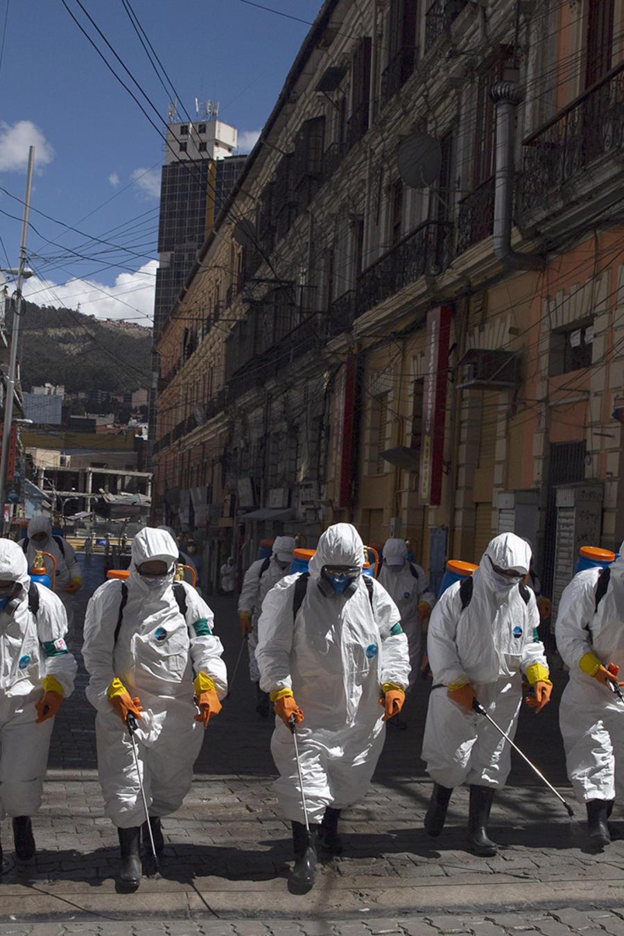 Un grupo de personas trabaja en la desinfección de calles en La Paz, Bolivia.