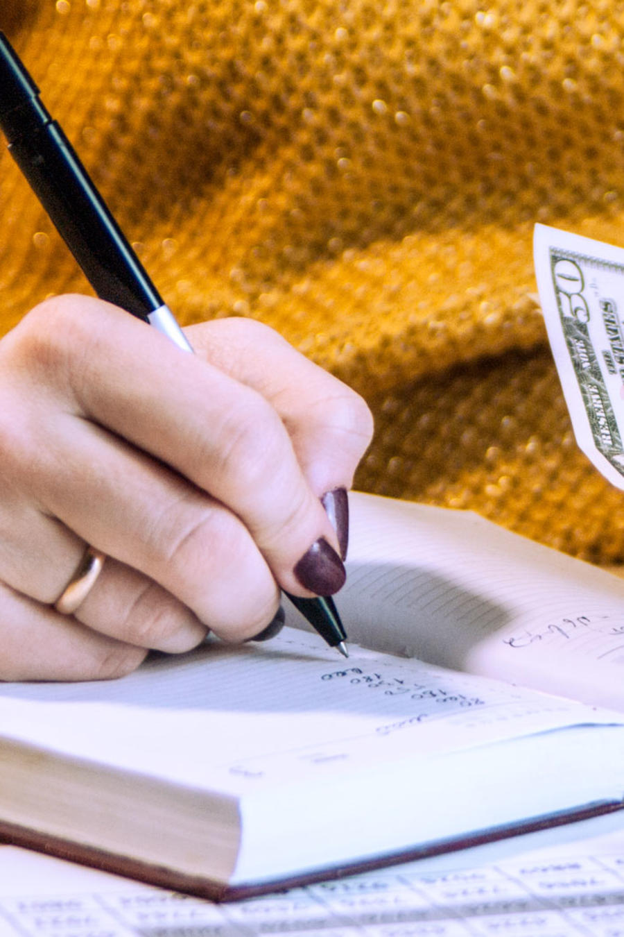 Mujer hace cálculos financieros