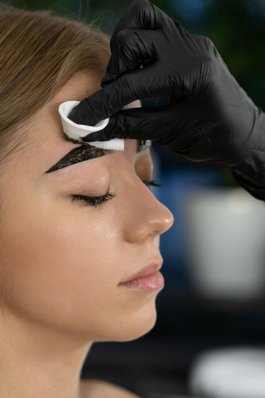 Mujer aplicando tinte de cejas