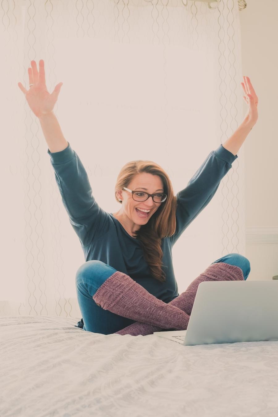 Mujer contenta viendo la computadora