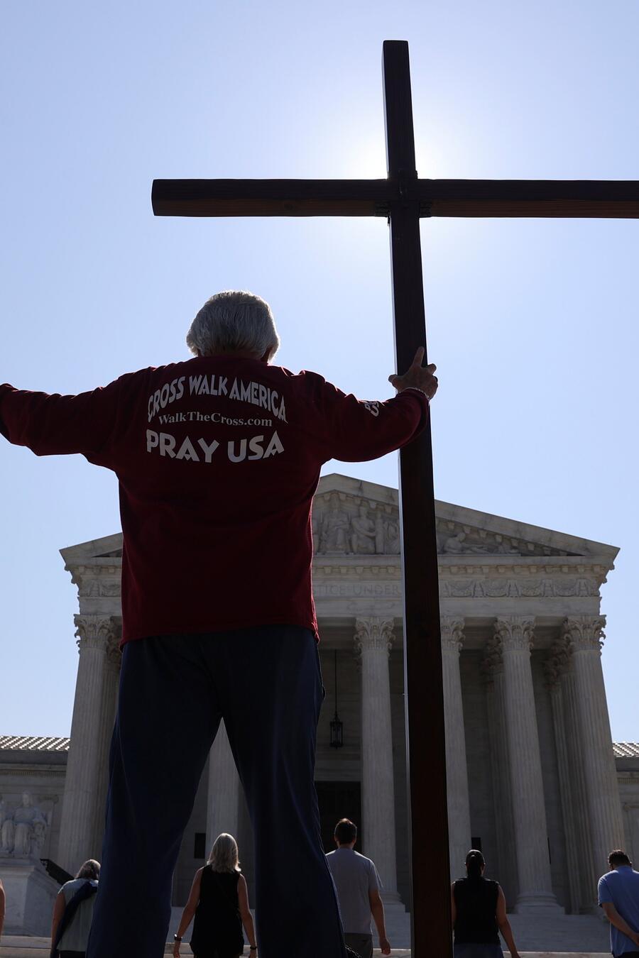 Manifestantes a favor del fallo de la Corte Suprema que decidió que las organizaciones religiosas tienen libertad de negar la cobertura de anticonceptivos garantizada por Obamacare.