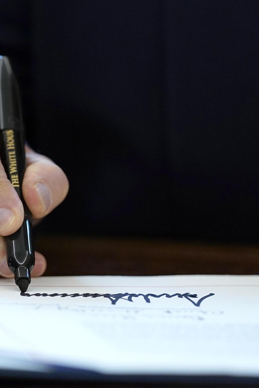 El presidente Donald Trump firma el primer paquete de ayuda económica para enfrentar la pandemia del coronavirus.