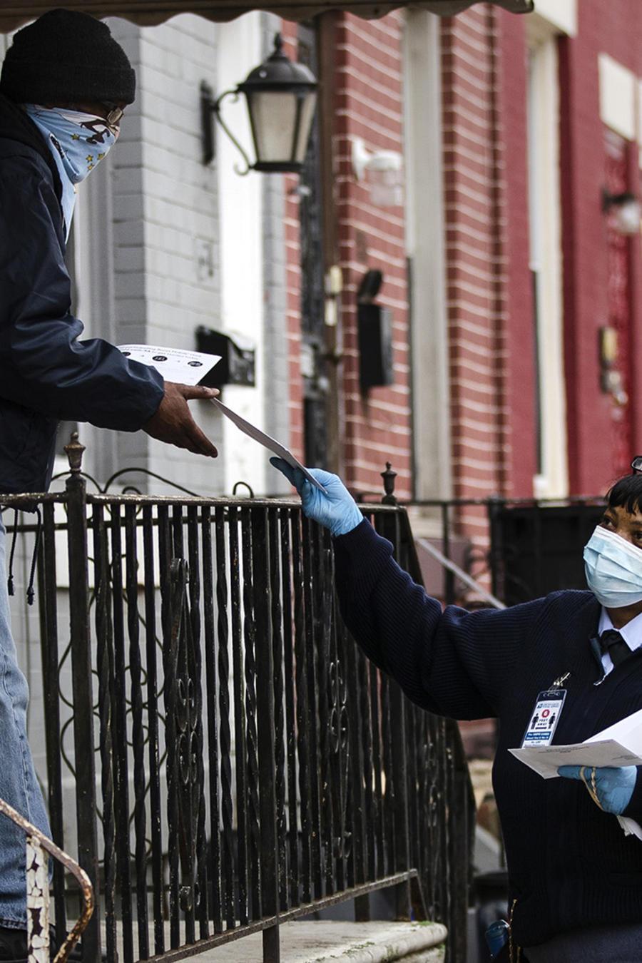 Una funcionaria del Servicio Postal entrega el correo en Philadelphia.