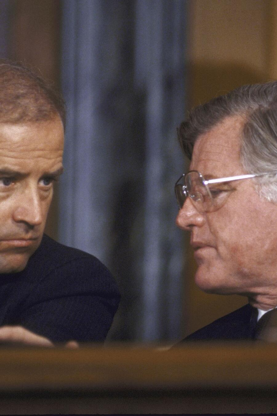 Una imagen de 1986. Joe Biden conversa con el fallecido senador Ted Kennedy (D), uno de los grandes defensores de la inmigración en EEUU. Ese mismo año, el Congreso aprobó una ley que legalizó a millones de indocumentados.