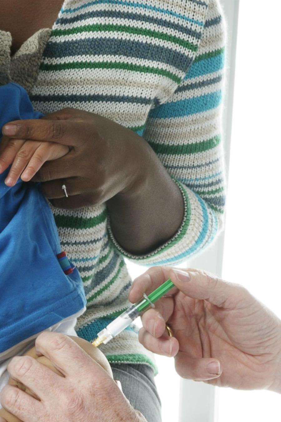 Bebé recibiendo una inyección