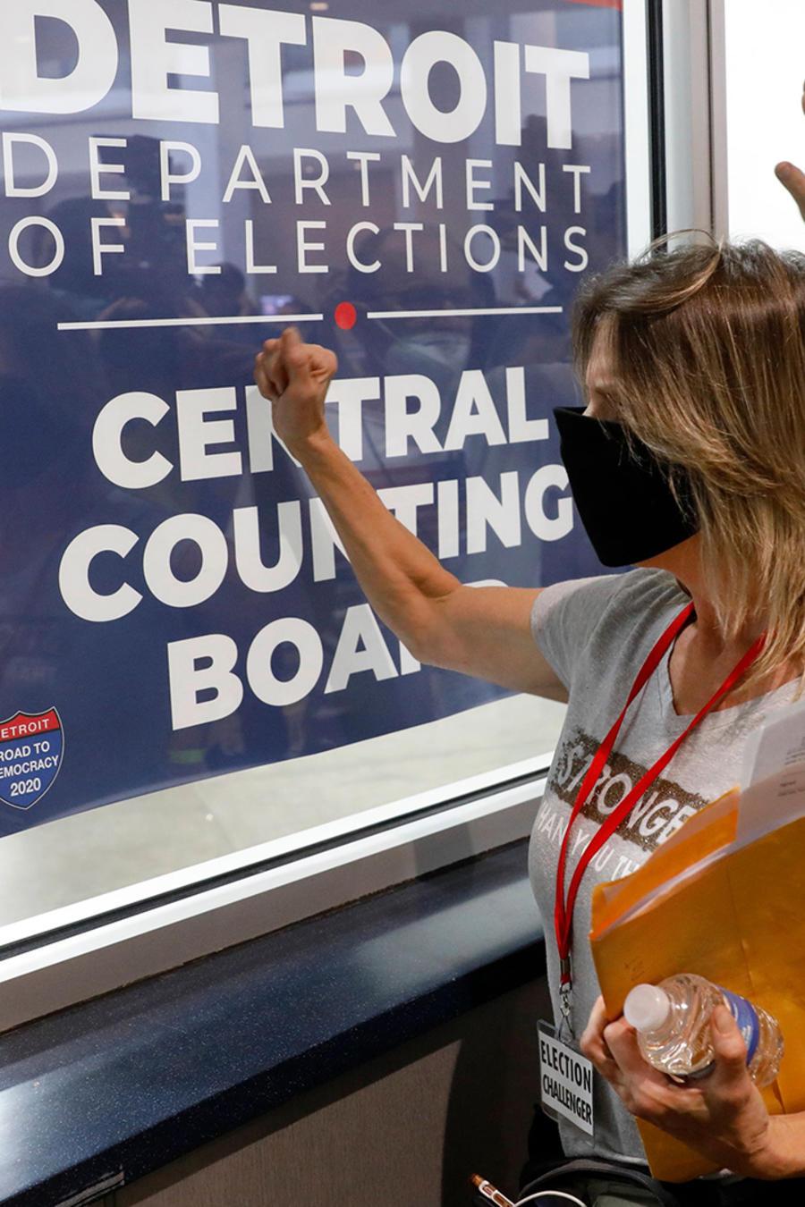Partidarios de Donald Trump fuera de la sala donde se cuentan las papeletas de voto en ausencia para las elecciones, el 4 de noviembre de 2020 en Detroit, Michigan.