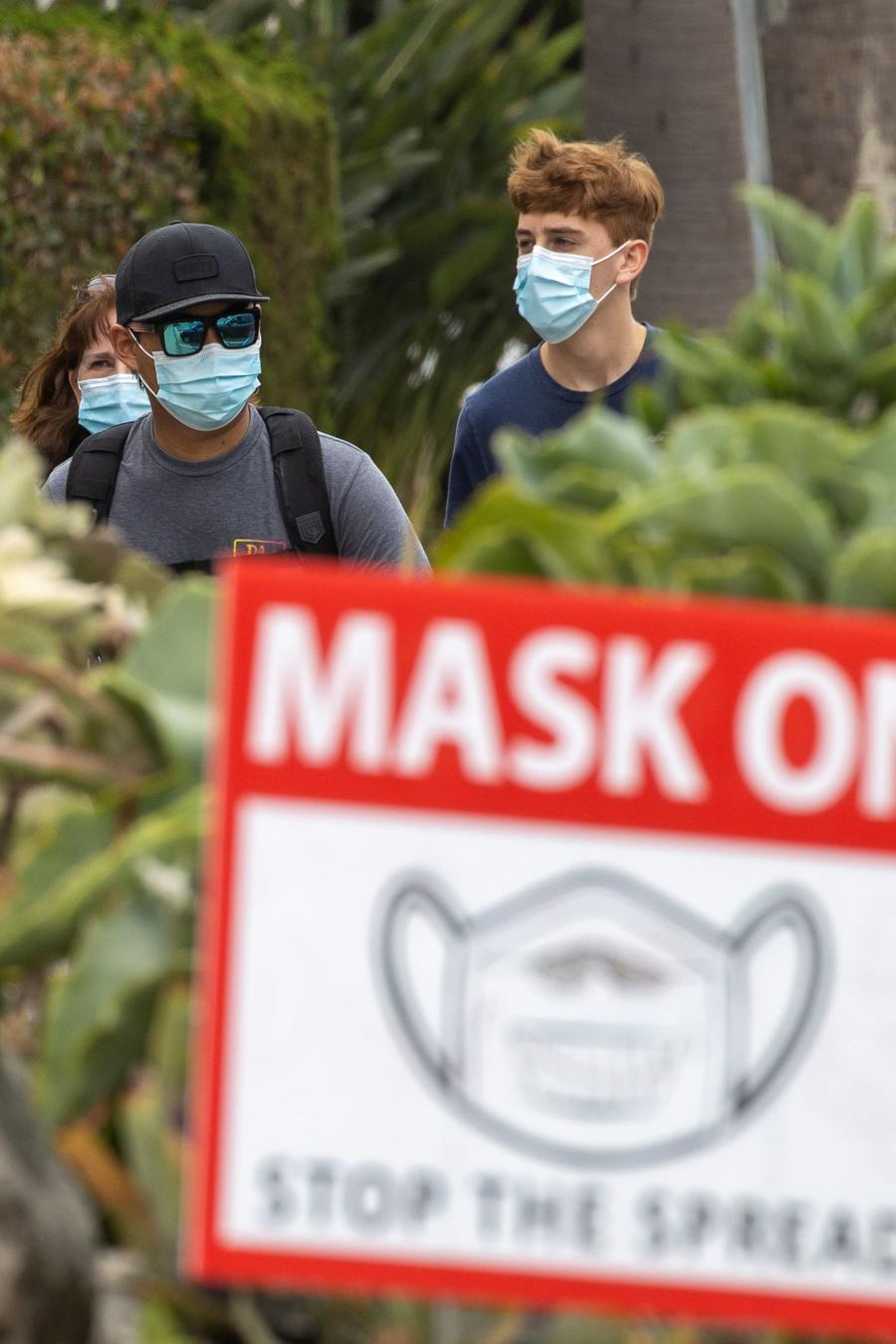 Personas con mascarillas en la comunidad de Del Mar, California