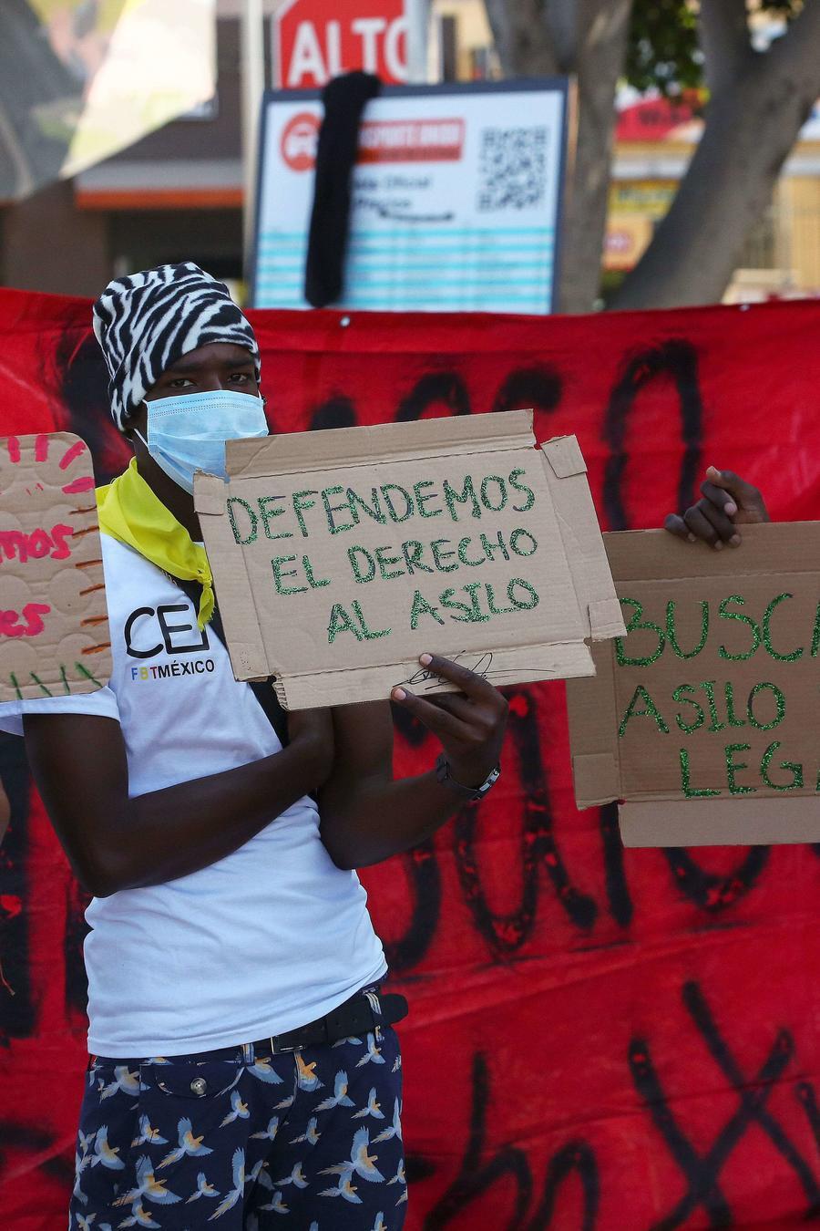 Un grupo de solicitantes de asilo protestaba en Tijuana, México, el 21 de octubre de 2020.