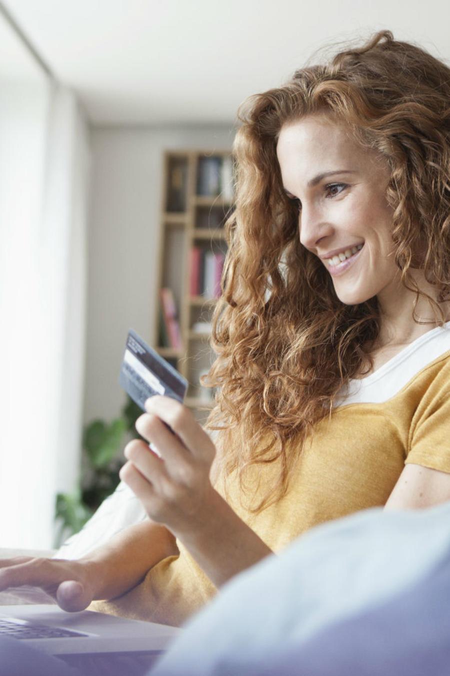 Mujer realizando compras online