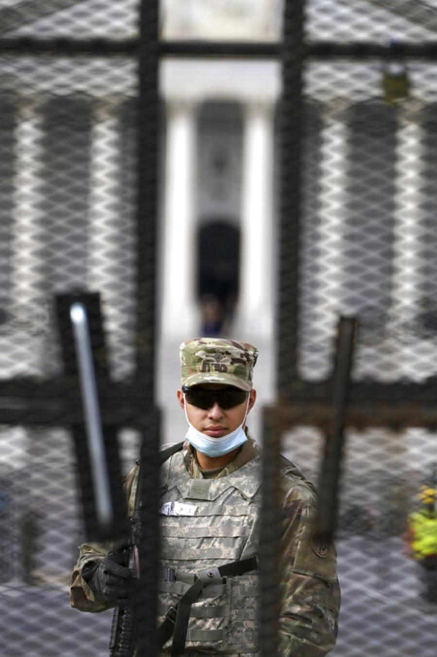 Miembros de la Guardia Nacional detrás de la defensa que protege al Capitolio a días de la toma de posesión de Joe Biden y Kamala Harris.