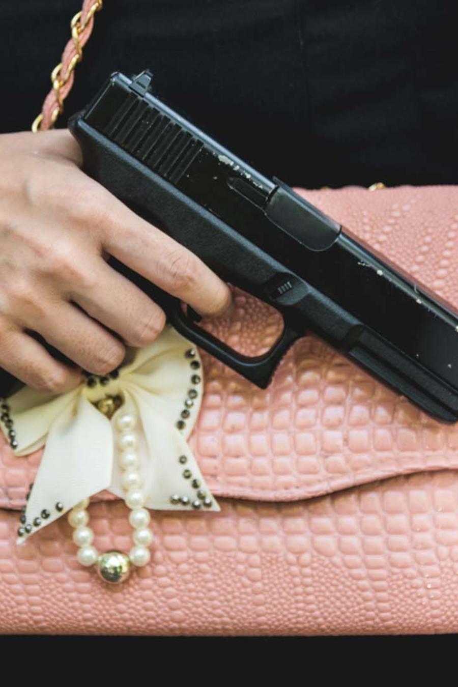 Una mujer con revolver en su cartera