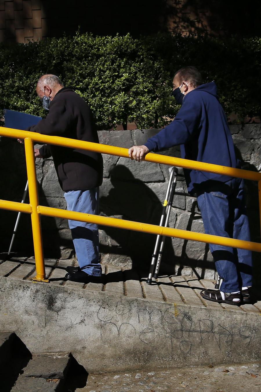 Personas de edad avanzada, que incluso portaban bastones, sillas de ruedas o tanques de oxígeno, terminaron haciendo fila durante horas para poder ser vacunados en el primer día de inmunización de adultos mayores en México.