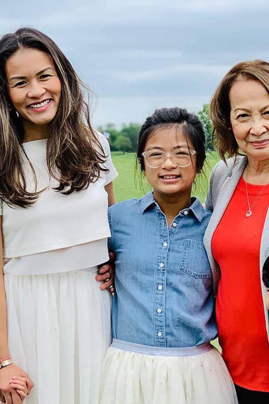 En esta fotografía compartida en Facebook, puede verse a Jackie Nguyen, de 41 años (arriba a la izquierda), junto a su madre, Loan Le de 75 años, su hija Collette de 5 años, su hija Olivia de 11 años y su hijo Edison de 8 años.