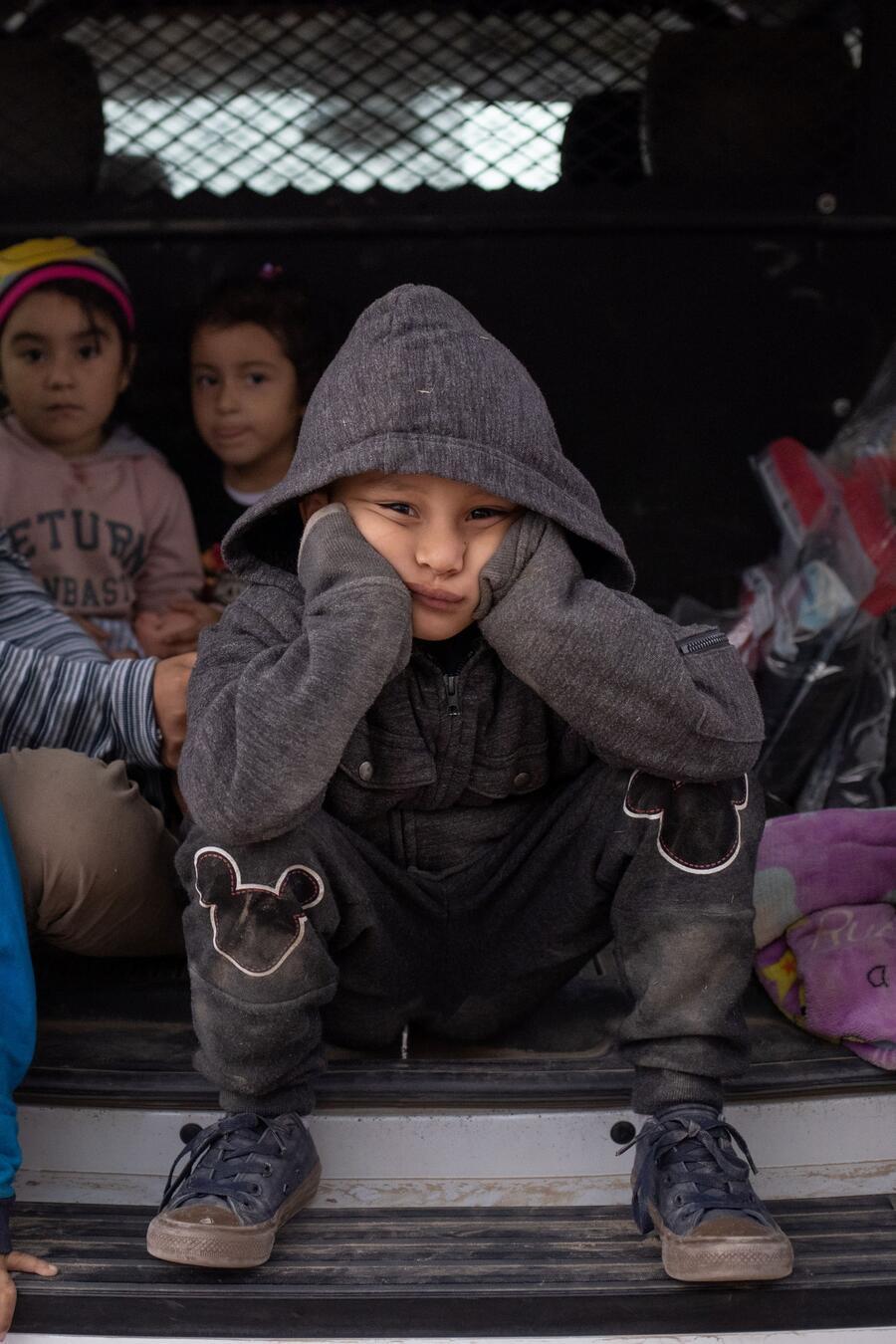Niños migrantes centroamericanos en busca de asilo en la frontera