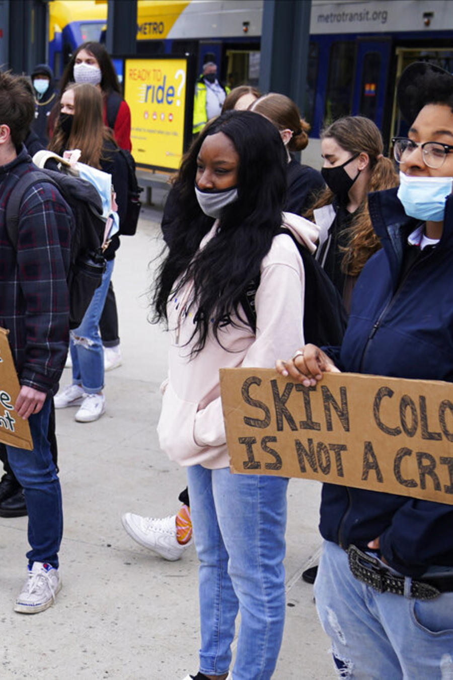Estudiantes protestan en Minneapolis contra la brutalidad policial mientras el jurado en el juicio por George Floyd inicia de su deliberación
