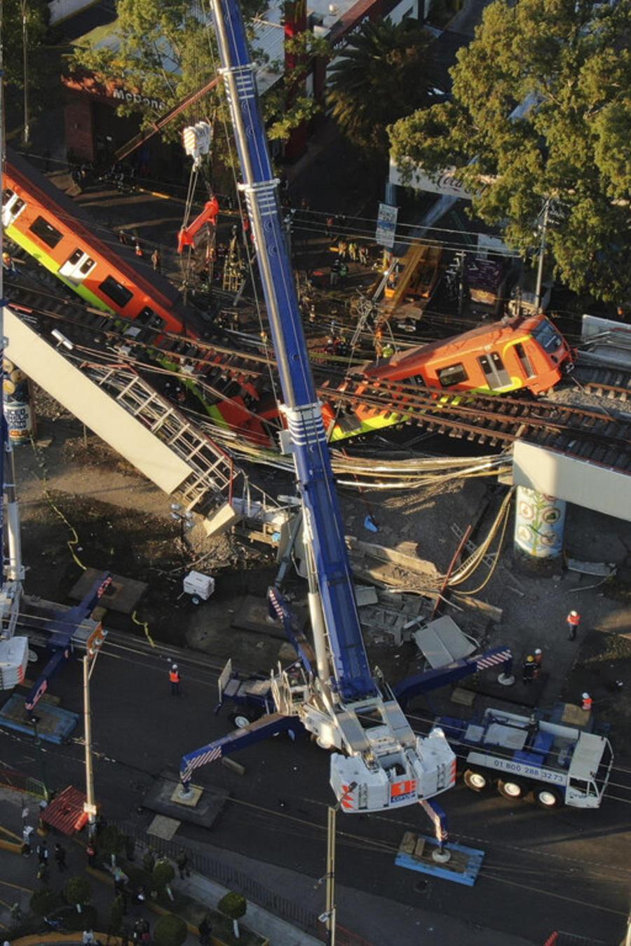 Vista aérea de los vagones del metro luego del colapso de un tramo en Ciudad de México, el 4 de mayo de 2021.