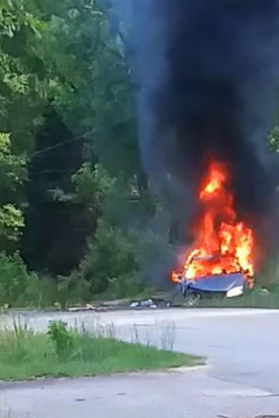 Un automóvil en llamas después de una persecución policial en el condado de Pickens, Carolina del Sur, que terminó con el arresto de una mujer el jueves 14 de mayo de 2021.