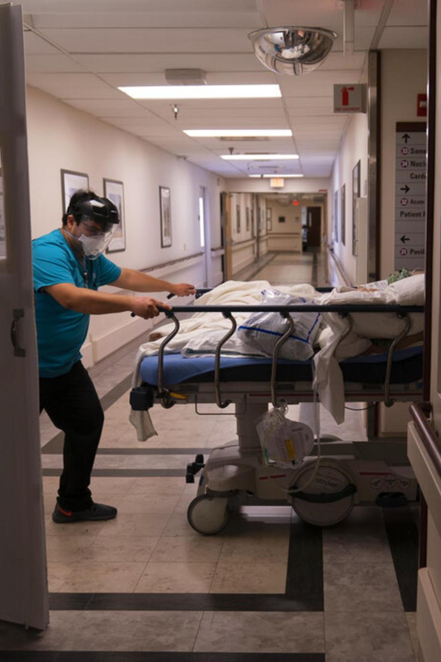 El camillero Adrián Parrilla traslada a un paciente con COVID-19 en el Mission Hospital en Viejo, California
