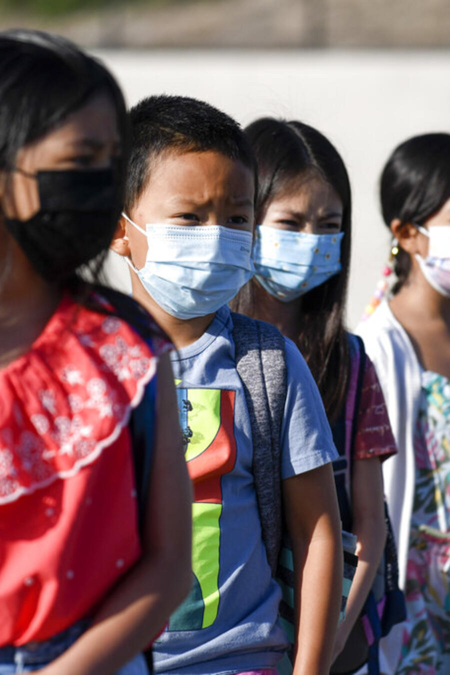 Alumnos de primaria usan la mascarilla en una escuela de Chula Vista, California