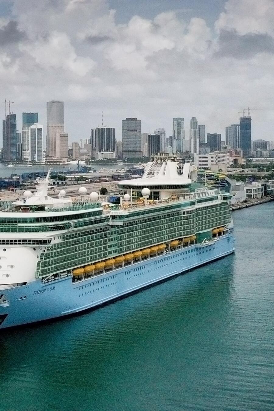 Un crucero de Royal Caribbean durante sus viajes de prueba para cumplir los protocolos de los CDC, en Miami, el 20 de junio de 2021.