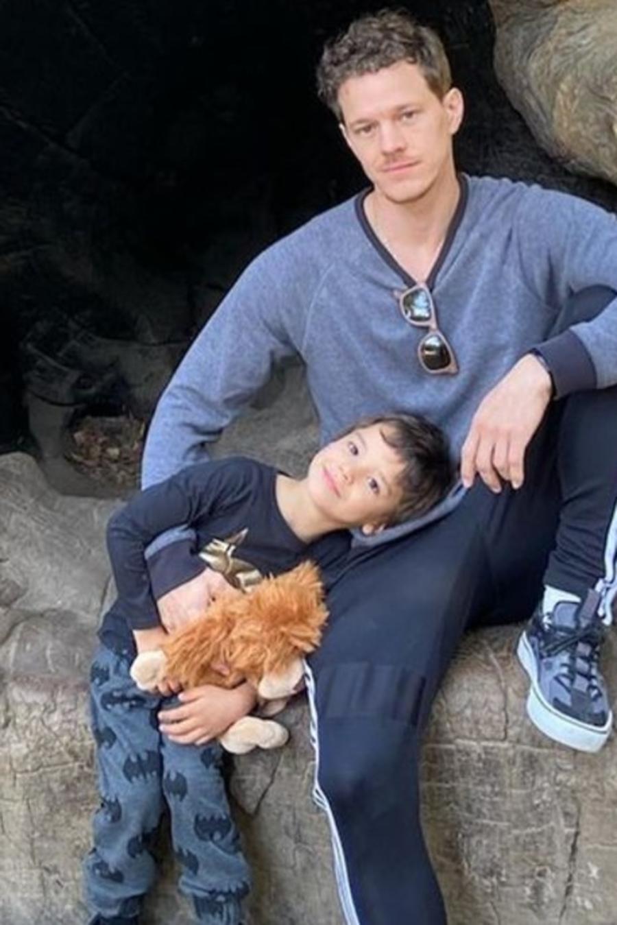 Ryan Dorsey con su hijo Josey en el bosque