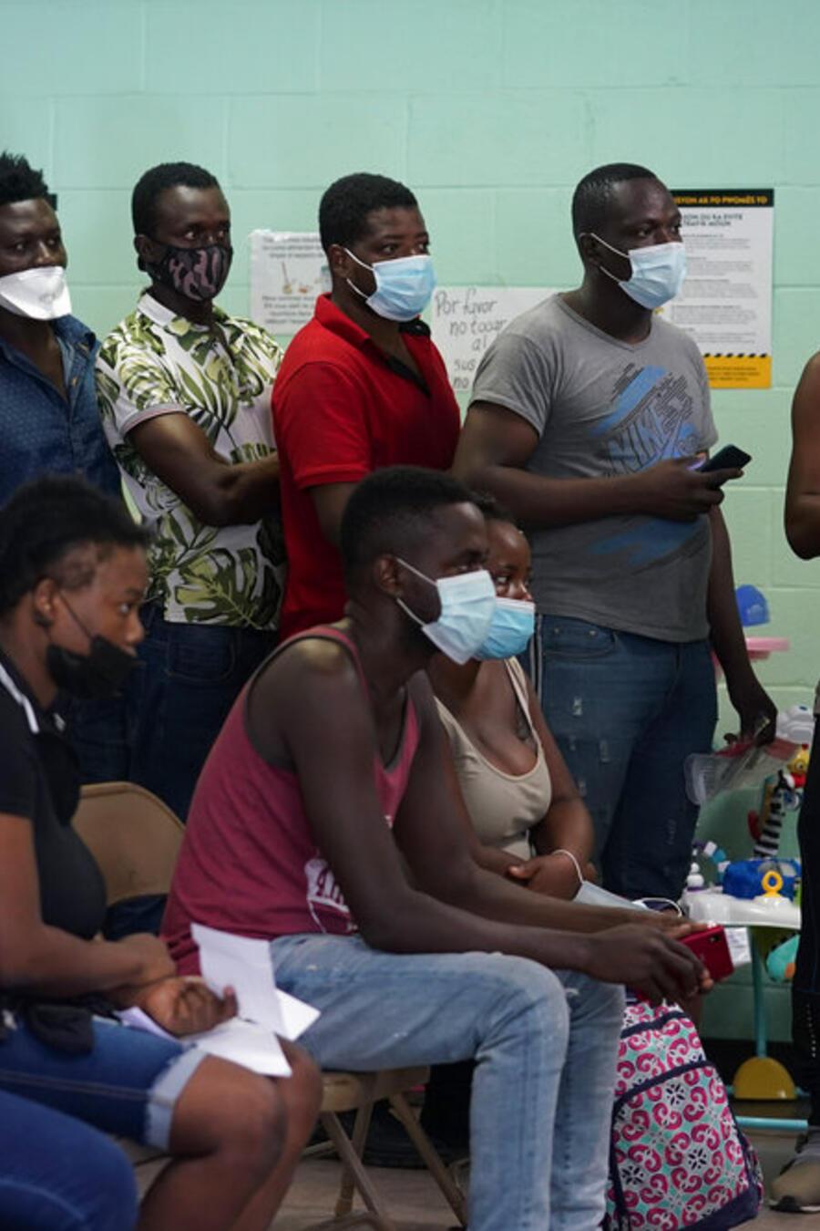 Un grupo de personas migrantes en unas instalaciones oficiales en Del Rio, Texas, el 16 junio de 2021.