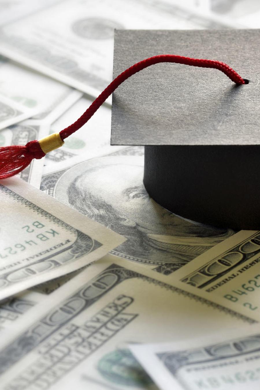 Sombrero de graduado sobre dinero