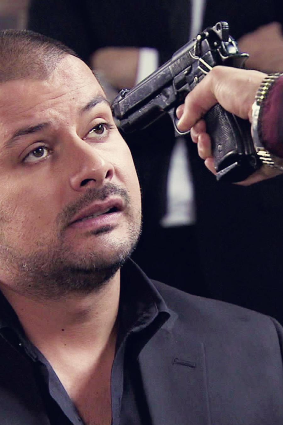 Tommy Vasquez, Tijeras, le apuntan con un arma, El Señor de los Cielos Tercera Temporada