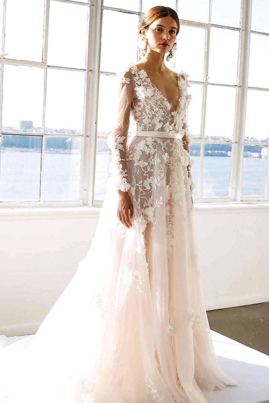 Modelo luce vestido de Oscar De La Renta Bridal Primavera/Verano 2017