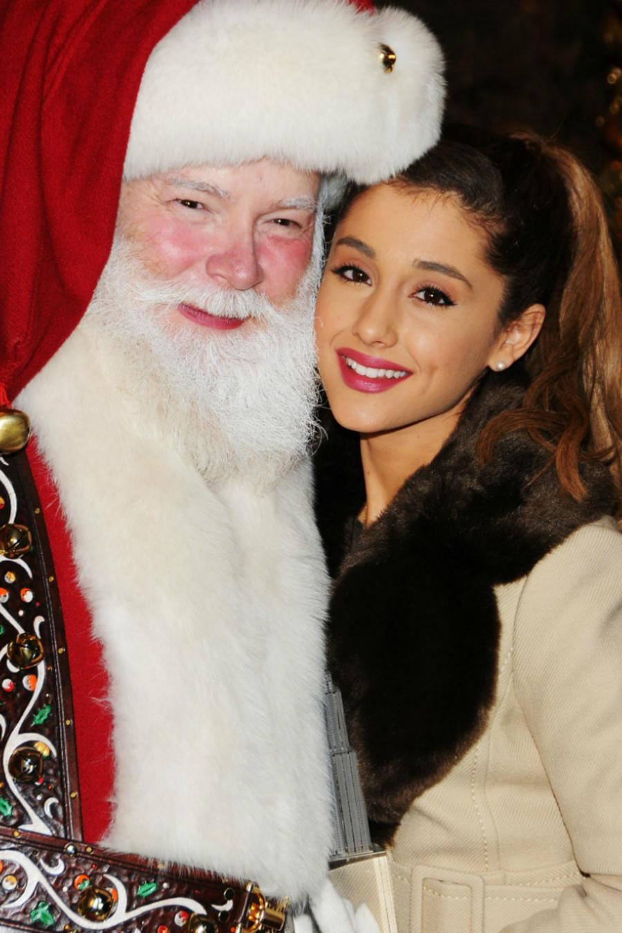 Ariana Grande con Santa, y Mariah Carey con Santa y sus hijos