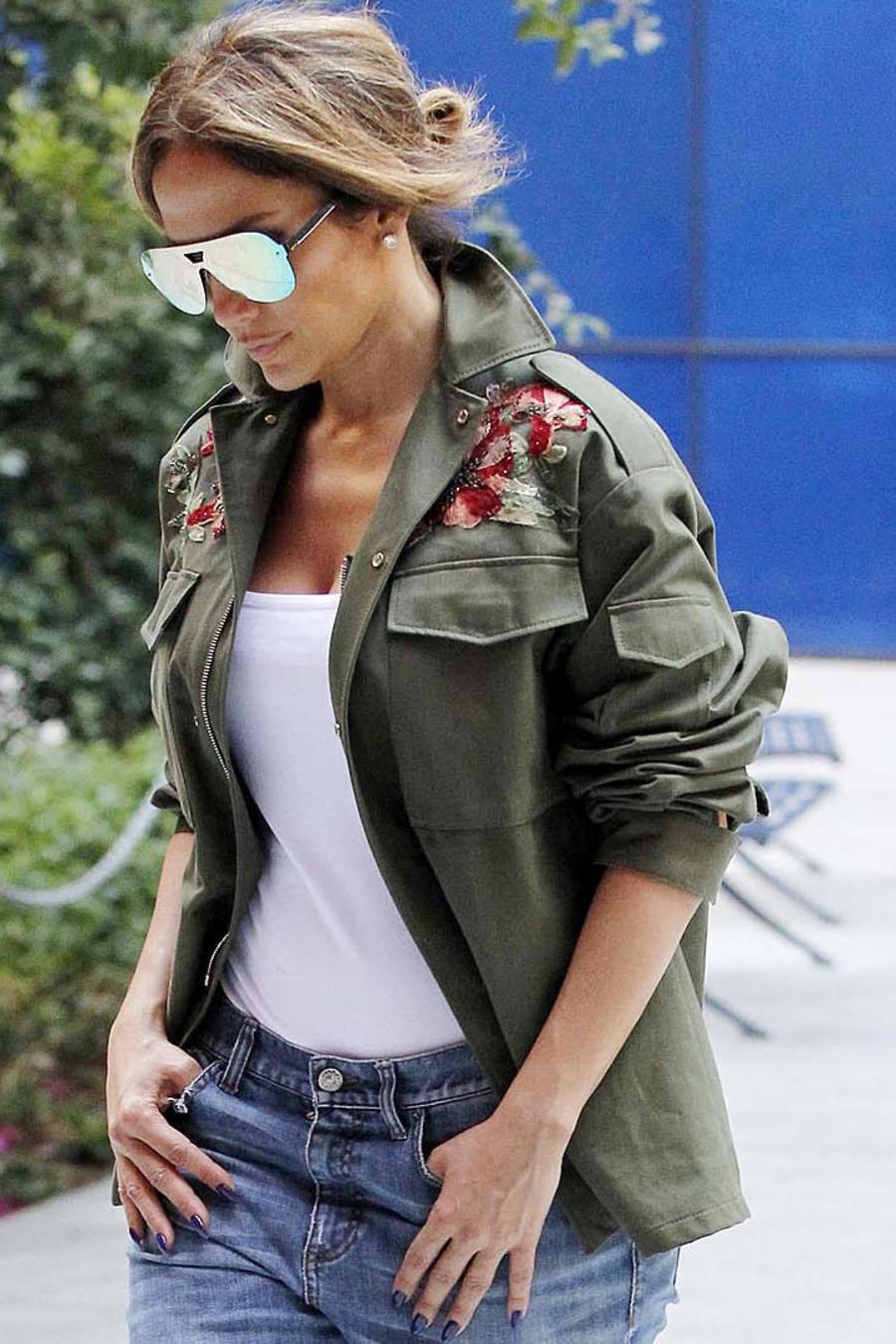 Jennifer Lopez caminando por la calle con estilo