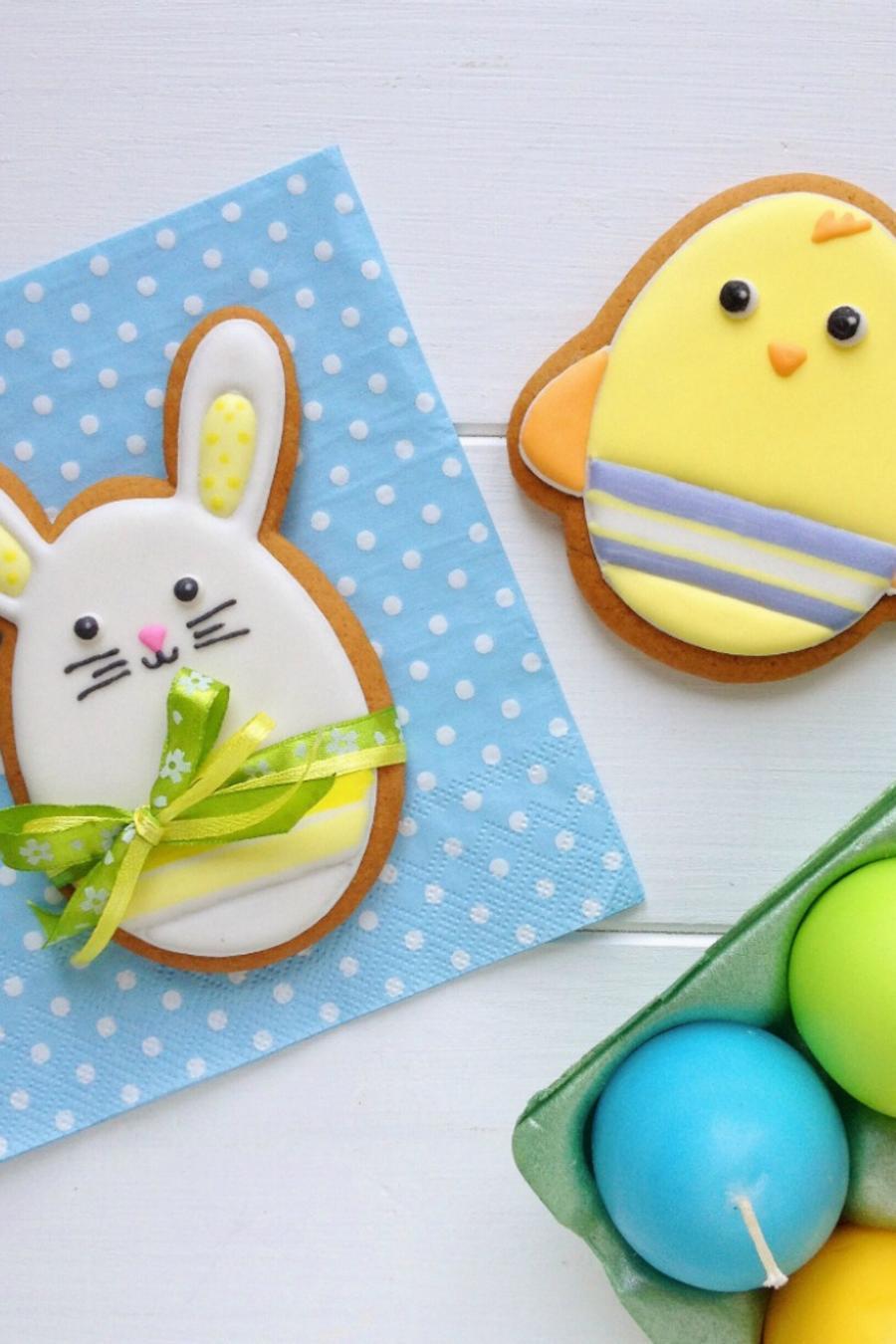 Collage de galletas decoradas y huevos rellenos para brunch de Pascua.