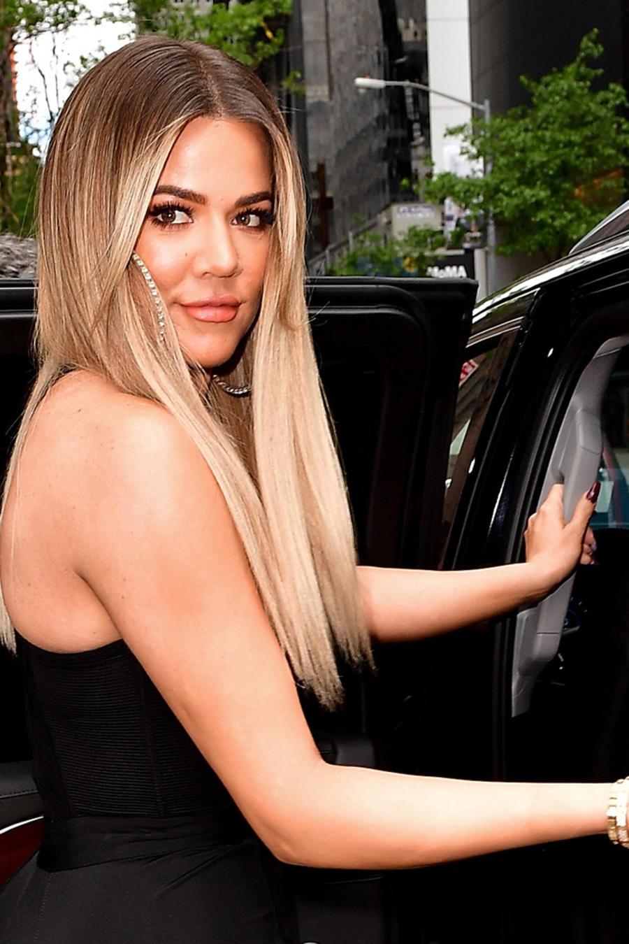 Khloé Kardashian con conjunto en color negro