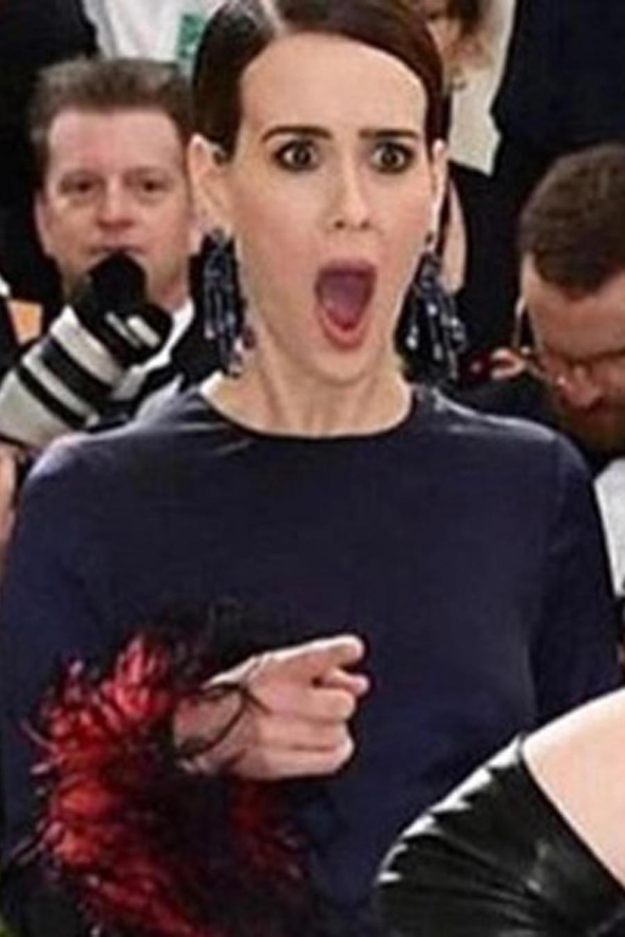 Sarah Paulson viendo a Madonna