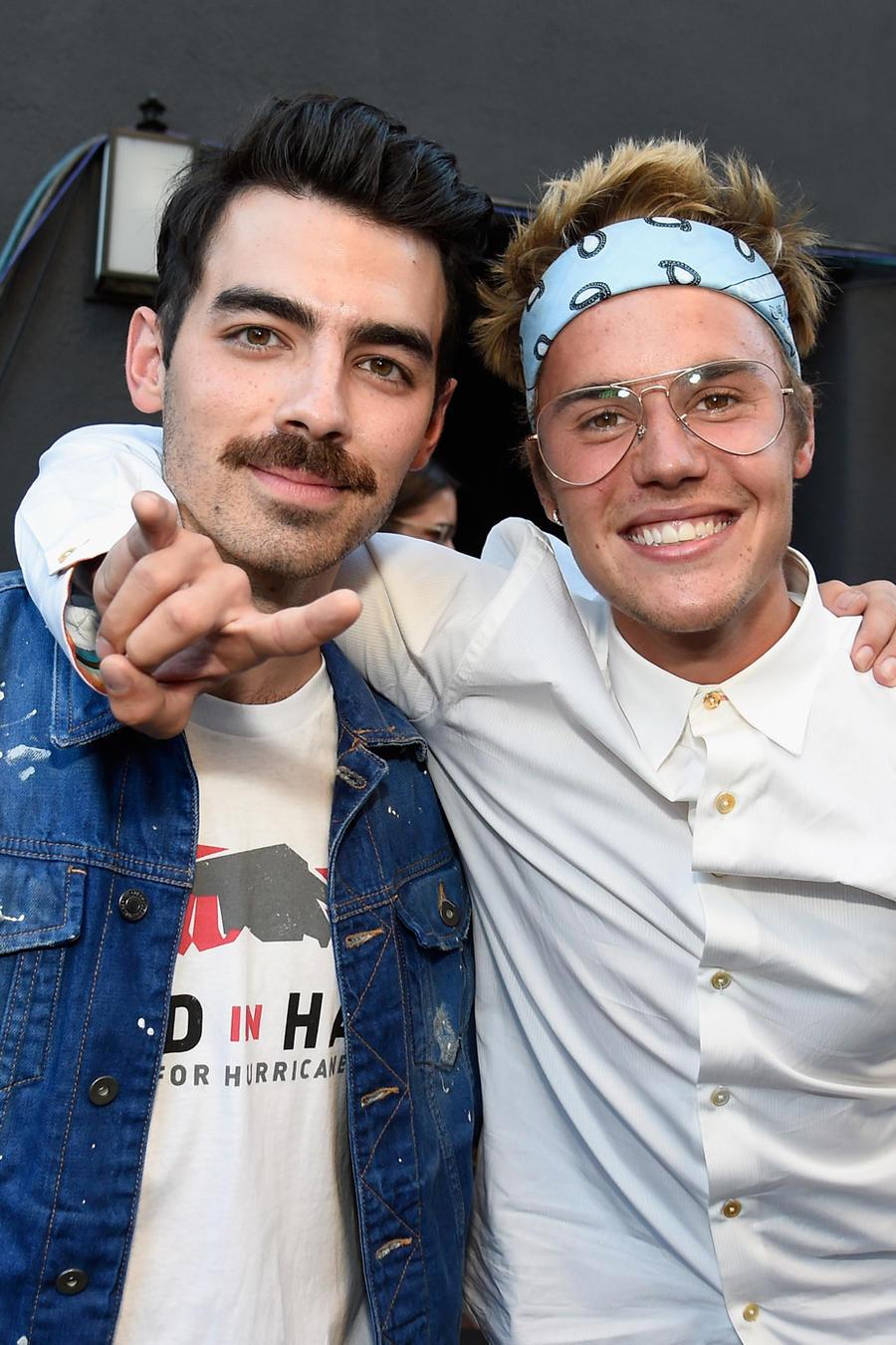 Joe Jonas y Justin Bieber en el evento Hand in Hand: A Benefit for Hurricane Relief