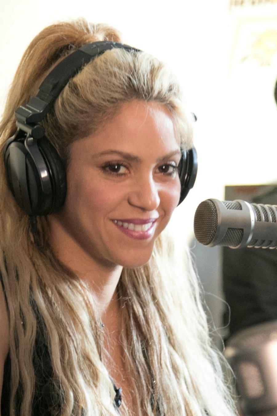 Shakira frente a un micrófono