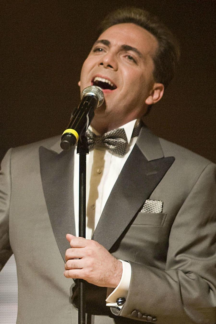 Cristian Castro cantando
