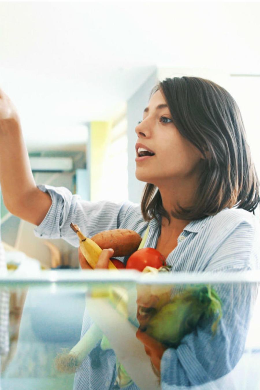 Mujer en el refrigerador