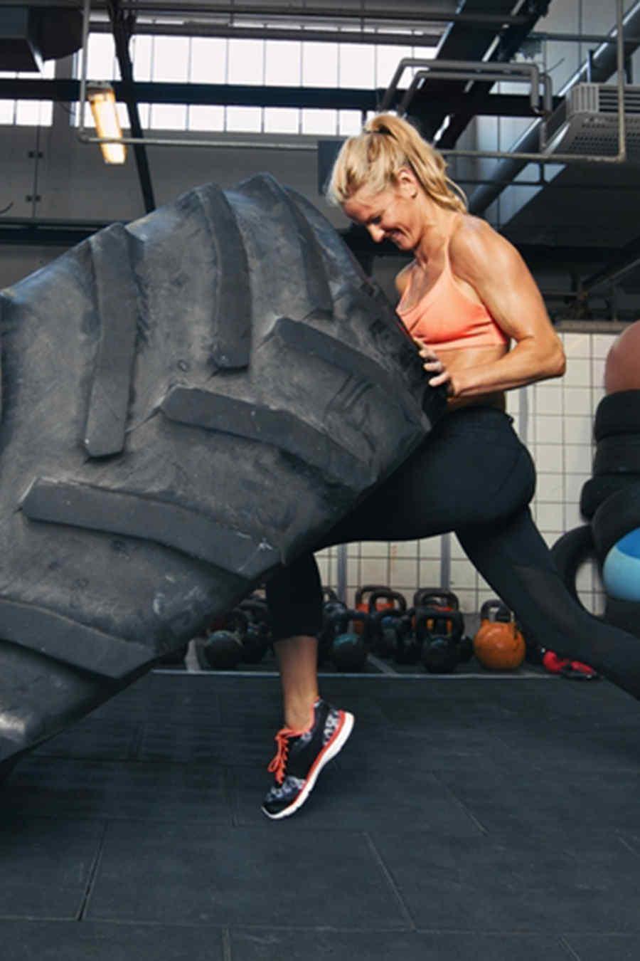 mujer entrenando con crossfit