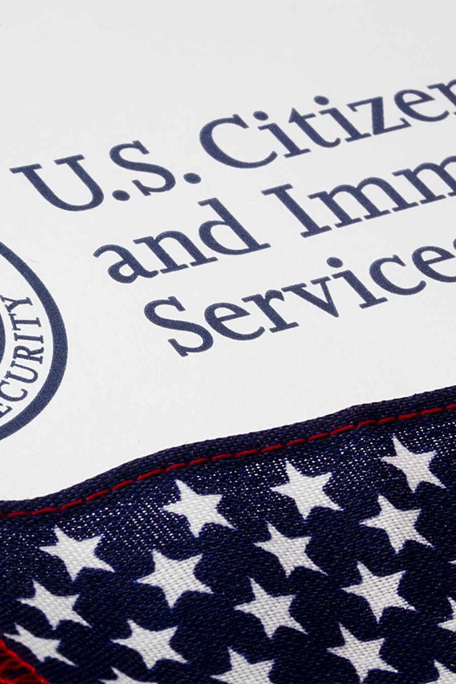 Inmigración junto a bandera de usa