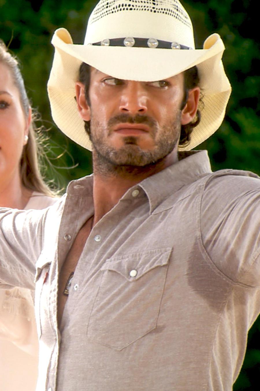 Aarón Díaz con una pistola y Sonya Smith preocupada en Tierra de Reyes