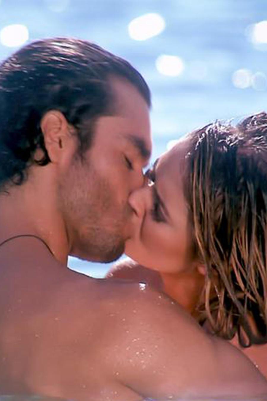 KImberly Dos Ramos y Gonzalo García Vivanco besándose en la playa en Tierra de Reyes