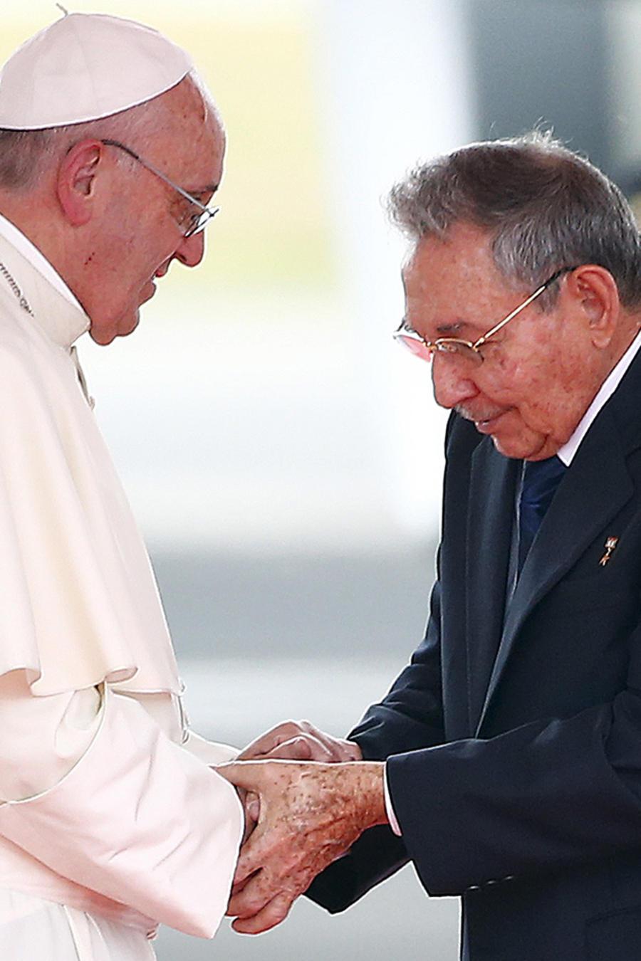 papa francisco y raul castro se saludan